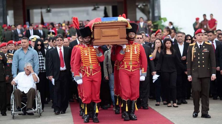 Caixão de Hugo Chávez é carregado para cortejo pelas ruas da capital Caracas