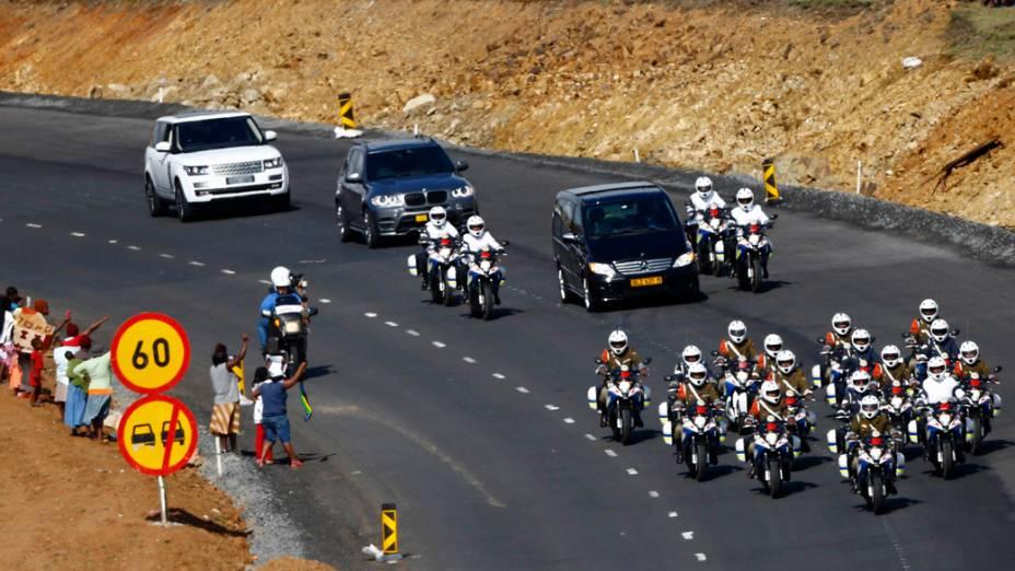 Cortejo fúnebre levando o caixão do ex-presidente sul-africano Nelson Mandela