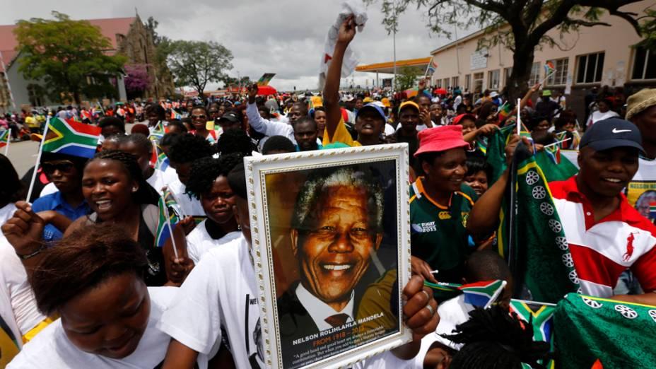 Sul-africanos durante cortejo fúnebre de Nelson Mandela