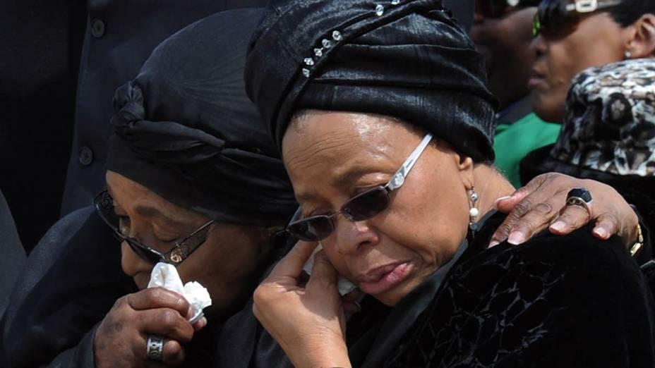 A ex-mulher de Nelson Mandela, Winnie Mandela Madikizela, e sua viúva, Graça Machel, no aeroporto de Mthatha