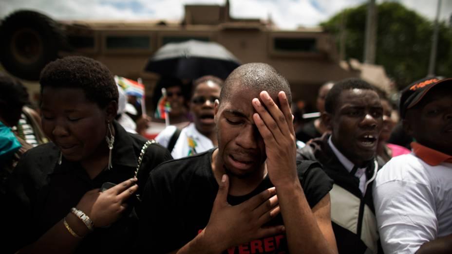 Sul-africanos na passagem do carro que transporta o caixão de Nelson Mandela no caminho para Qunu