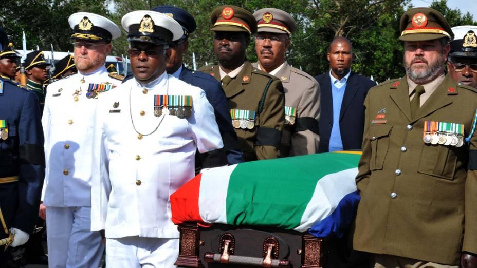 Caixão de Nelson Mandela chega em Qunu, na África do Sul