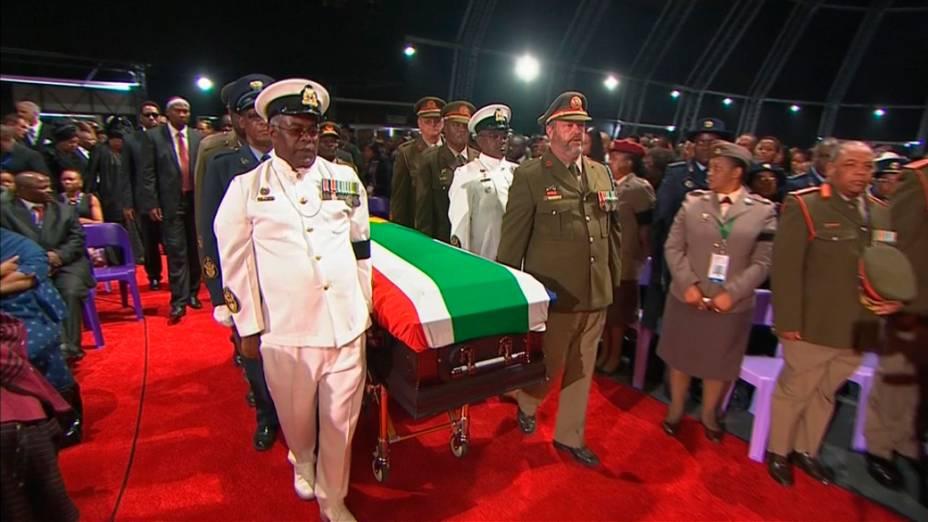 Corpo de Nelson Mandela chega em Qunu, na África do Sul