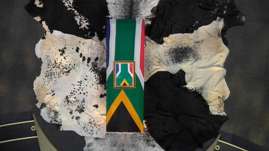 Caixão de Nelson Mandela envolto na bandeira da África do Sul