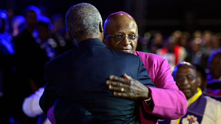 O arcebispo Desmond Tutu e o ex-presidente sul-africano Thabo Mbeki se cumprimentam, em Qunu