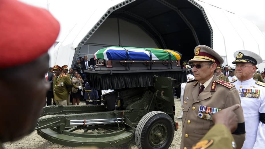 Corpo de Nelson Mandela segue para enterro em Qunu