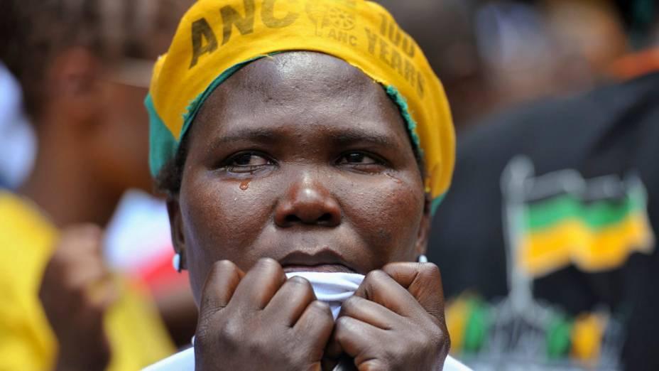 Em Johannesburgo, mulher chora durante transmissão do enterro de Nelson Mandela