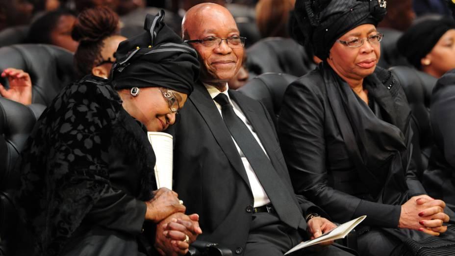 A ex-mulher de Nelson Mandela, Winnie Mandela, e o presidente sul-africano, Jacob Zuma, em Qunu