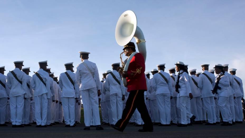 Membros da Marinha sul-africana diante da tenda do funeral em Qunu