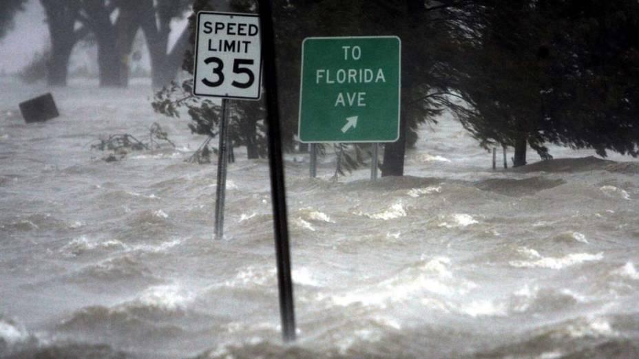 Enchente causada pelo Furacão Katrina nas ruas de Nova Orleans, em 29 de agosto de 2005