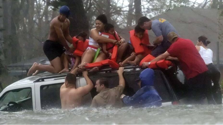 Família é resgatada por voluntários no subúrbio da Baía de Saint Louis, no Missisipi, região que também foi atingida pelas enchentes causadas pelo Furacão Katrina, em 29 de julho de 2005