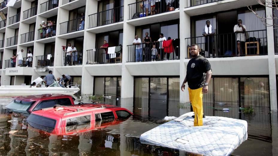 A polícia resgatou a população de Nova Orleans a bordo de barcos, em 31 de julho de 2005