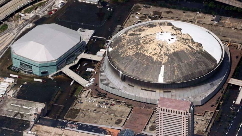 A cúpula do estádio Superdome foi destruída pelo Furacão Katrina, em 30 de agosto de 2005