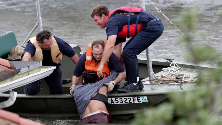 Bombeiros resgatam vítima do Furacão Katrina em Nova Orleans, em 29 de agosto de 2005