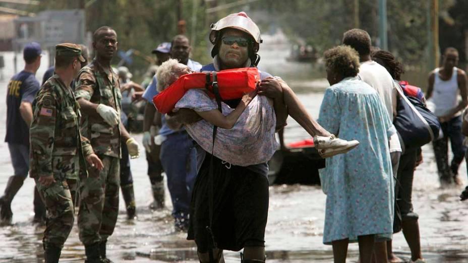Bombeiro resgata vítima do Furacão Katrina em Nova Orleans, em 30 de agosto de 2005