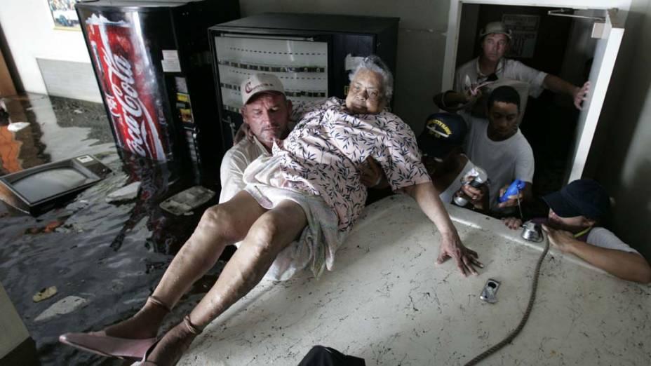 Após o Furacão Katrina em Nova Orleans, voluntários ajudam no resgate de vítimas de um asilo, em 31 de agosto de 2005