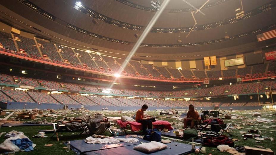 Vítimas do Furacão Katrina são abrigadas no estádio Superdome em Nova Orleans, em 2 de setembro de 2005