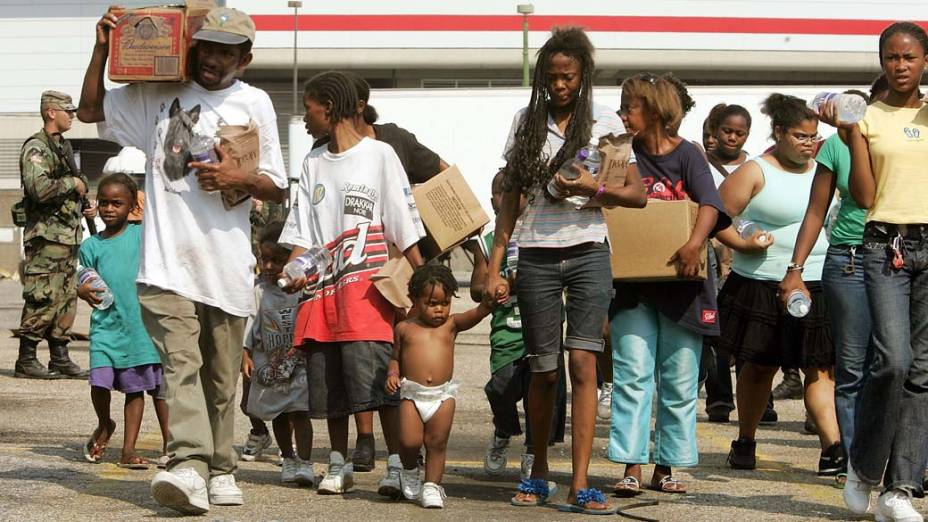 Em Nova Orleans, alimentos foram distribuídos às vítimas do Furacão Katrina pela Guarda Nacional americana, em 2 de setembro de 2005