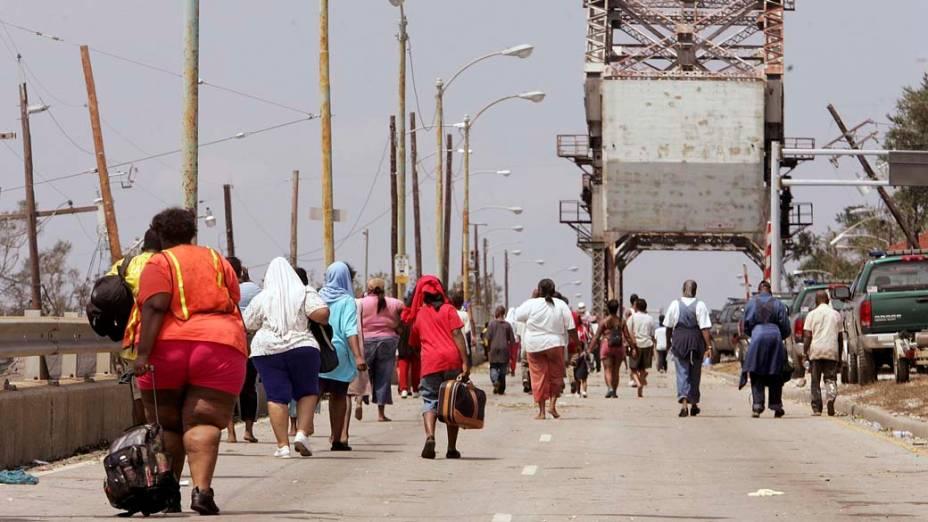 Sobreviventes deixam Nova Orleans após o Furacão Katrina, em 30 de agosto de 2005