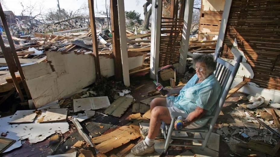 Sobreviventes do Furacão Katrina voltaram para seus lares em Long Beach, Mississipi, à procura de pertences