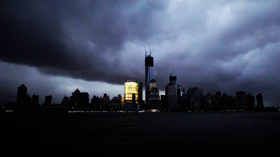 Nuvens negras cobrem o céu de Nova York nas primeiras horas da manhã desta terça-feira(30)