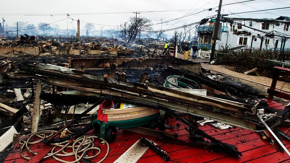 Incêndio que destruiu 50 casas no bairro Queens, em Nova York devido a passagem do Sandy