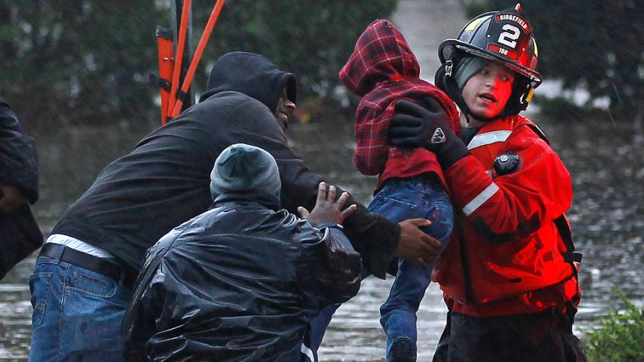 Equipes de resgate retiram vítimas do Furacão Sandy na cidade de Little Ferry, New Jersey