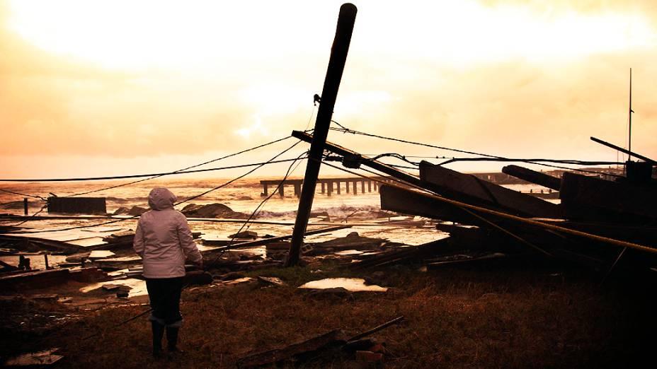 Mulher observa destruição causada pelo Furação Sandy em Atlantic City (Nova Jersey)