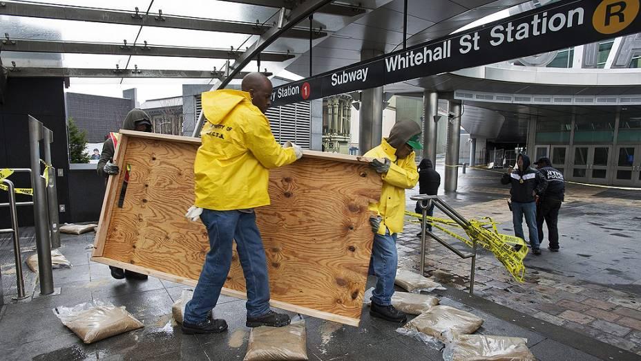Funcionários do transporte Metropolitano de Nova York (MTA), trabalham paraconsertar os estragos feito pela passagem da tempestade Sandy