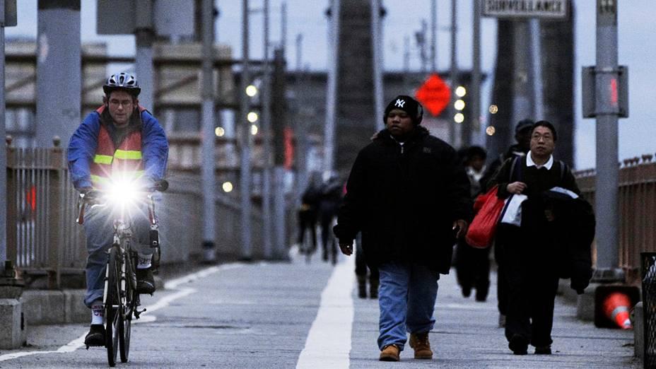 Pessoas cruzam a ponte Brooklyn, em Nova York, depois da passagem do furacão Sandy pela cidade