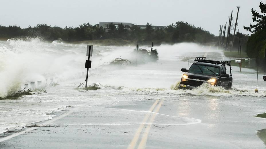 Rodovia de Southampton (EUA), fica coberta de água com a chegada do furacão Sandy