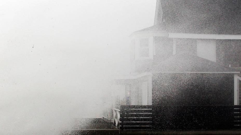 Enormes ondas são vistas no litoral de Scituate, no Massachusetts , com a chegada do furacão Sandy