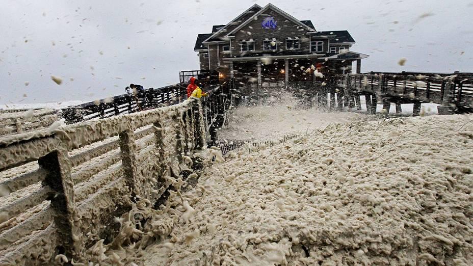 Enormes ondas são vistas no litoral de Milford, Connecticut, com a chegada do furacão Sandy