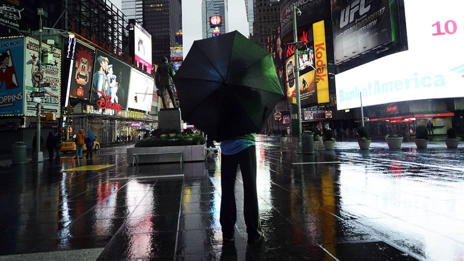 Times Square é vista praticamente vazia devido à aproximação do furacão Sandy