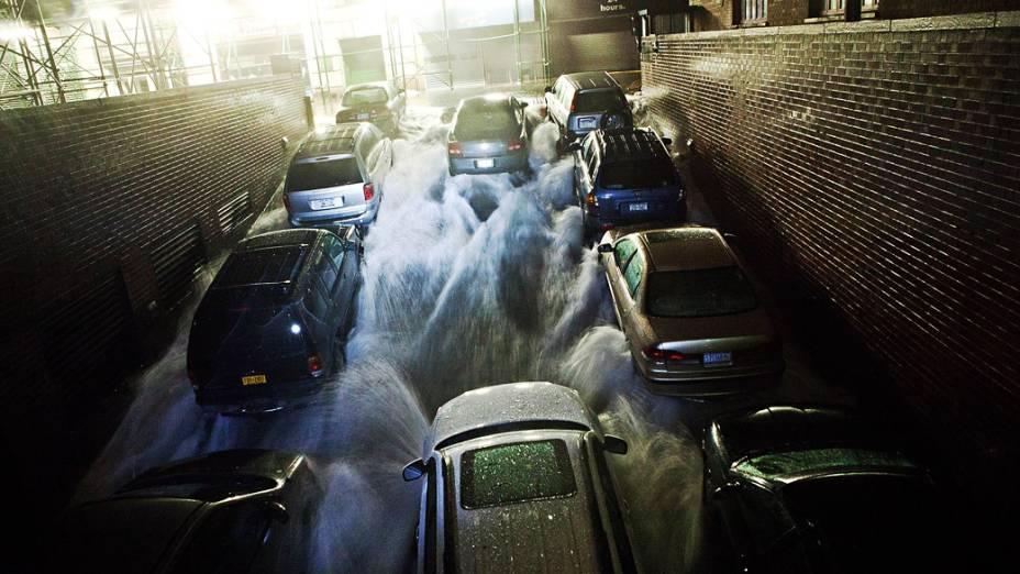Enchente causada pelo furacão Sandy inunda estacionamento subterrâneo em Nova York