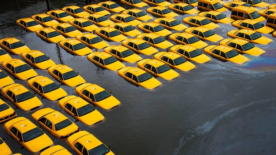 Estacionamento de taxis ficou inundado depois da passagem da tempestade Sandy em Hoboken, Nova Jersey