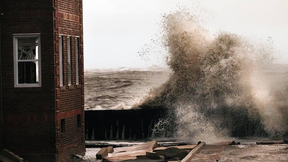 Enormes ondas são vistas no litoral de Avalon, New Jersey, com a chegada do furacão Sandy
