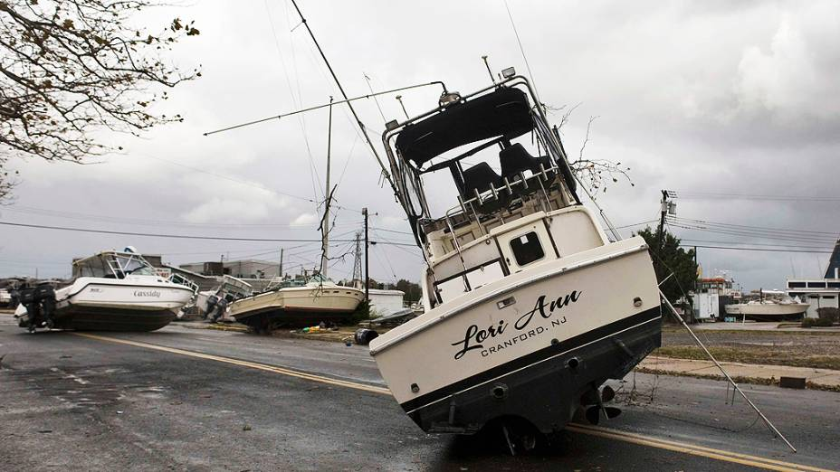 Barcos foram parar no meio de uma avenida depois de serem arrastados durante a passagem do Sandy em Point Pleasant Beach (Nova Jersey)