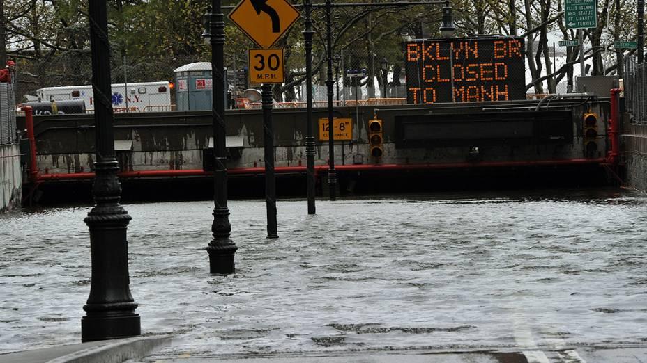 Água inunda o túnel Battery Park, em Nova York sul de Manhattan
