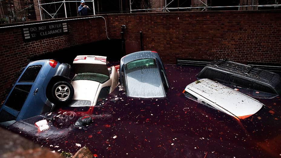Carros ficam submersos em estacionamento após a passagem do furacão Sandy, na cidade de Nova York