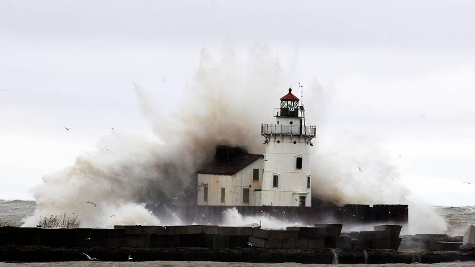 Ondas quebram contra farol na costa do Lago Erie, em Cleveland, no Estado de Ohio