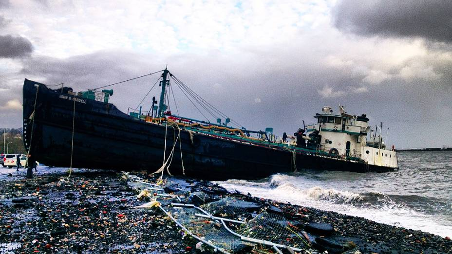 Cargueiro de 51 m de comprimento John B. Caddell foi arrastado pela força dos ventos até a praia, em Staten Island, Nova York
