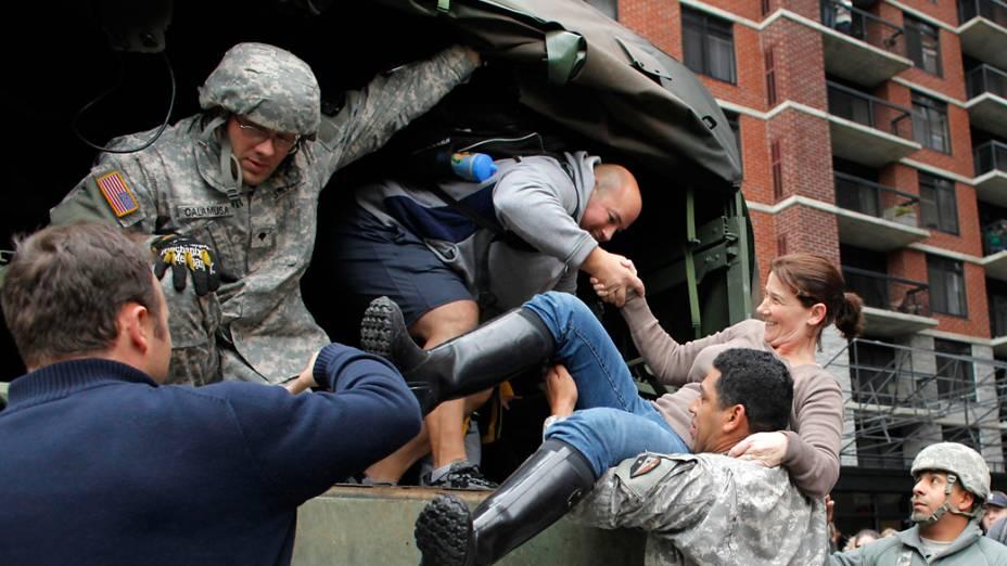 Membros do exército resgatam moradores em Hoboken, Nova Jersey