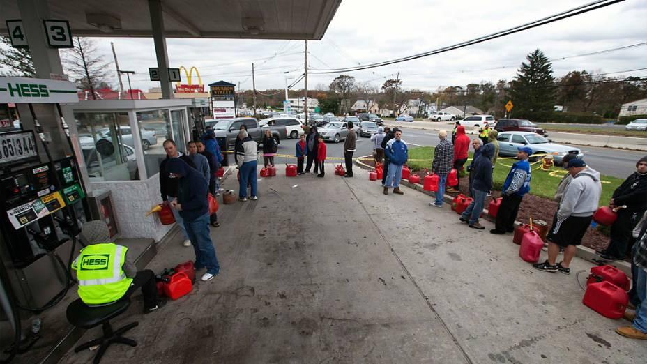 Pessoas afetadas pelas quedas de energia provocadas pela passagem do furacão Sandy fazem fila em um posto de gasolina para comprar combustível, em Madison Park, Nova Jersey