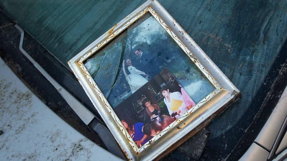 Fotografia é vista sobre um carro no bairro do Queens em Nova York após a passagem da tempestade Sandy