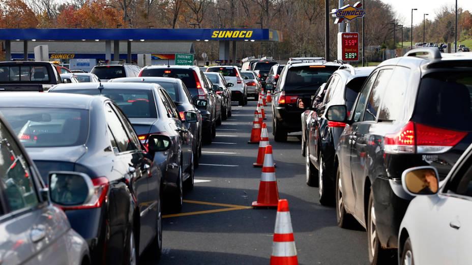 Longas filas de veículos para comprar combustível em um posto de gasolina em Montvale, Nova Jersey