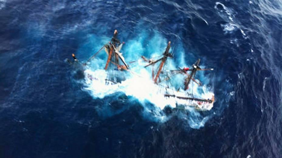 Veleiro afundou na costa da Carolina do Norte, quatorze dos 16 tripulantes foram resgatados devido a passagem do Sandy