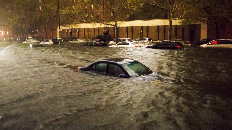 Carros são inundados por enchente em região de Nova York devido à passagem do Sandy
