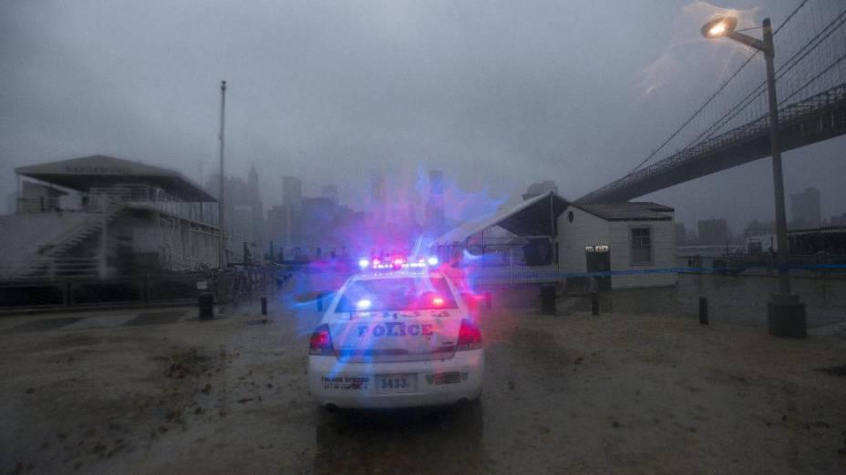 Polícia atende ocorrência em Nova York, uma das cidades afetadas pelo furacão Sandy