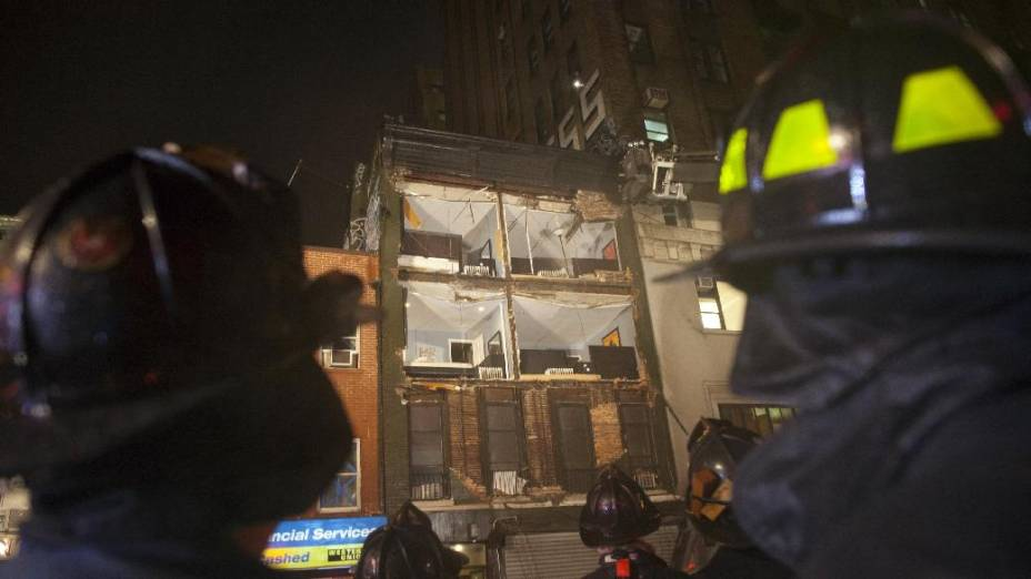 Ventania provacada pelo furacão Sandy derruba facha de prédio em Nova York